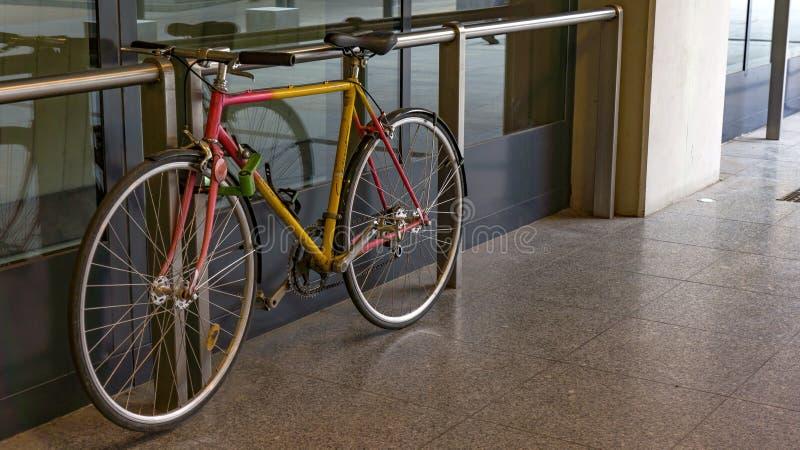 Uma bicicleta estacionada na 4o estação de metro em Budapest foto de stock royalty free