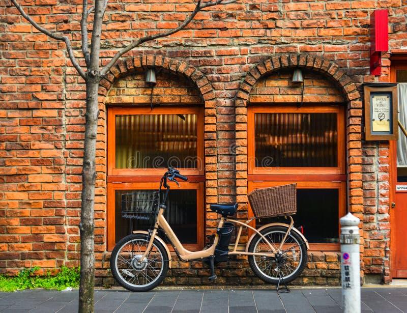Uma bicicleta na casa velha do tijolo imagem de stock royalty free