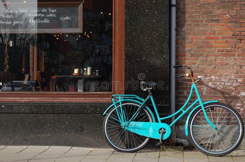 Uma bicicleta na frente do restaurante em Amsterdão imagens de stock royalty free