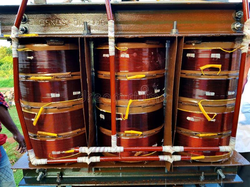 Uma bobina do transformador com enrolamento do núcleo foto de stock