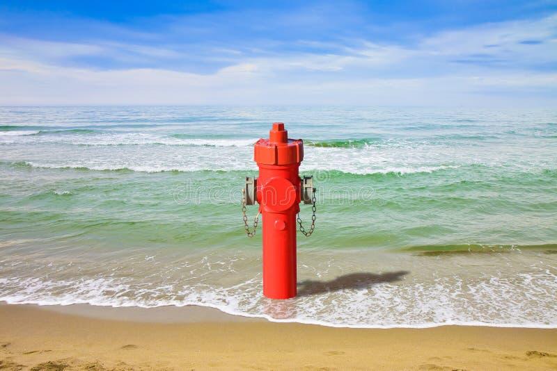Uma boca de incêndio no beira-mar fotografia de stock