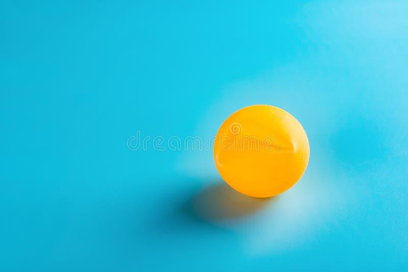 Uma bola de pingpong do dente no azul imagens de stock