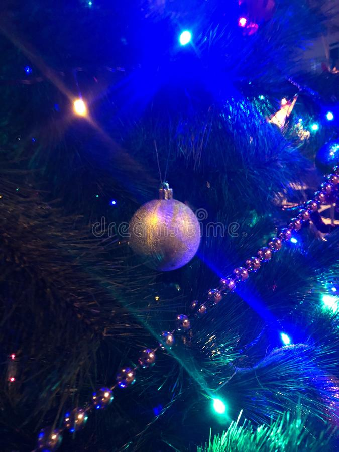 Uma bola do ano novo em uma árvore de Natal fotografia de stock