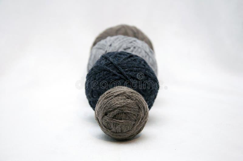 Uma bola do nito para fazer malha e parte do trabalho feito a mão imagem de stock