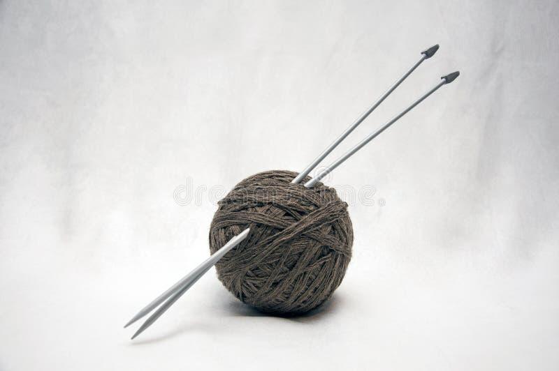 Uma bola do nito para fazer malha e parte do trabalho feito a mão imagens de stock
