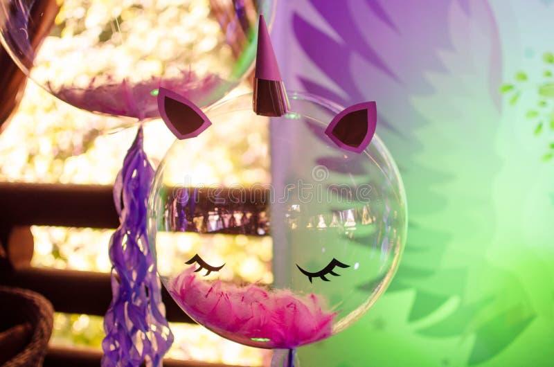 Uma bola festiva com penas para dentro sob a forma de um unicórnio fotos de stock royalty free
