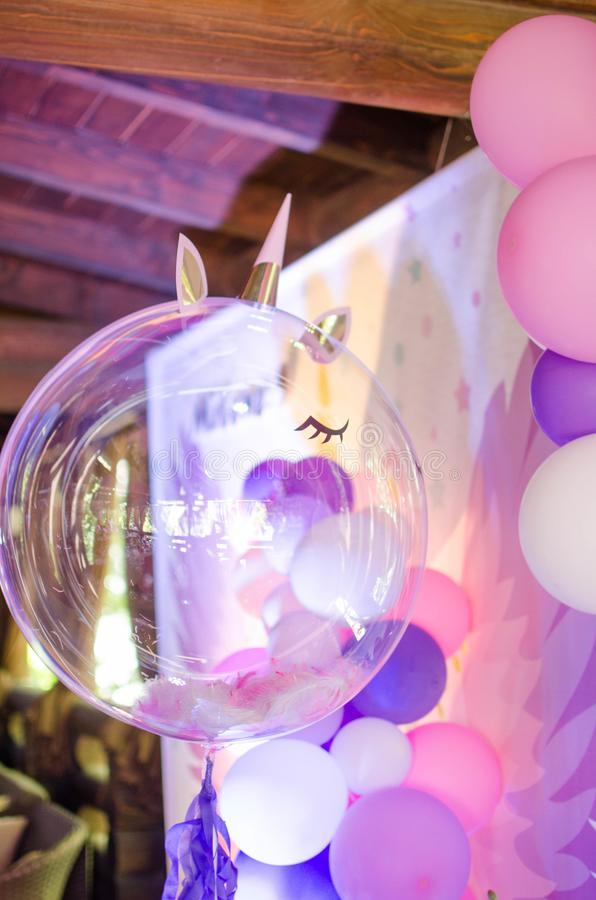 Uma bola festiva com penas para dentro sob a forma de um unicórnio imagens de stock royalty free