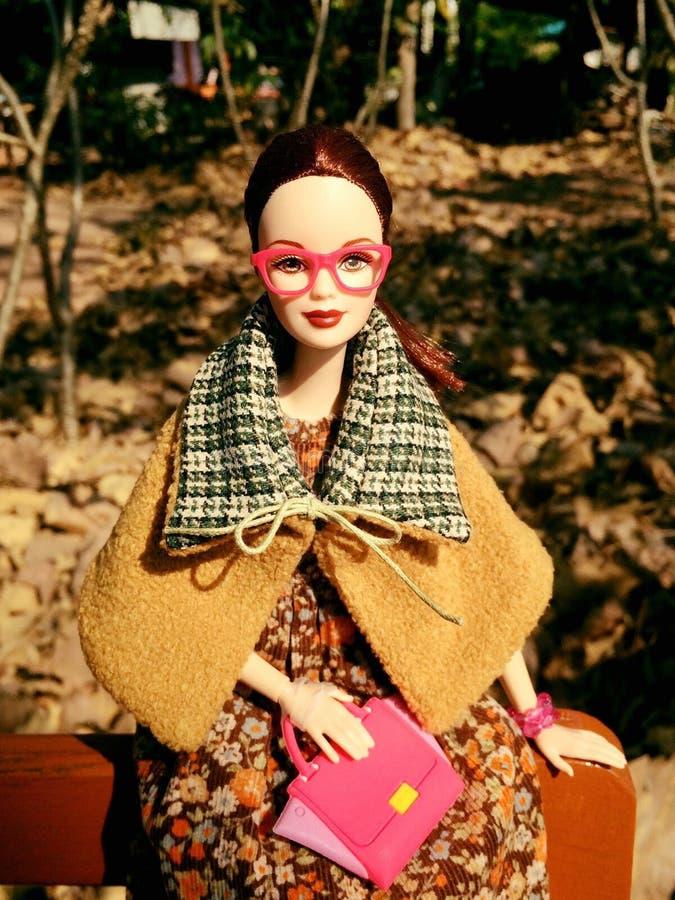 Uma boneca adorável de Barbie do vintage no traje do outono fotos de stock