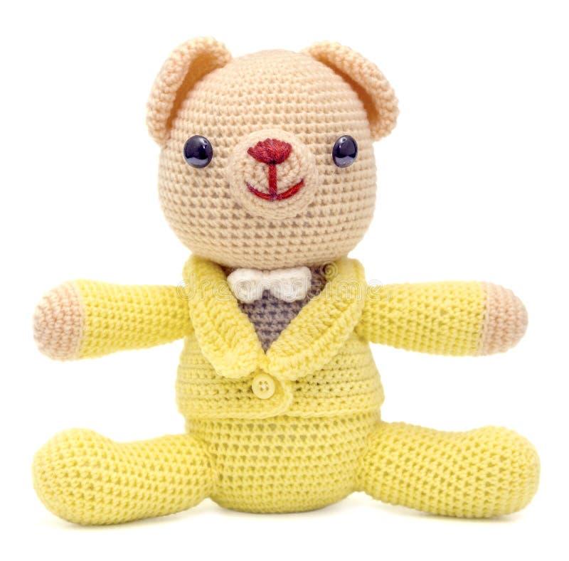 Uma boneca marrom do urso do homem com o terno amarelo isolado no fundo branco foto de stock royalty free