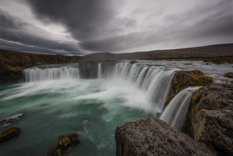 Uma borda perto da borda da cachoeira de Godafoss em Islândia fotos de stock royalty free