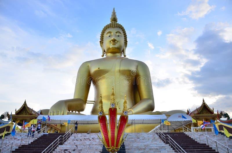 Uma Buda a mais grande em Wat Muang Temple foto de stock