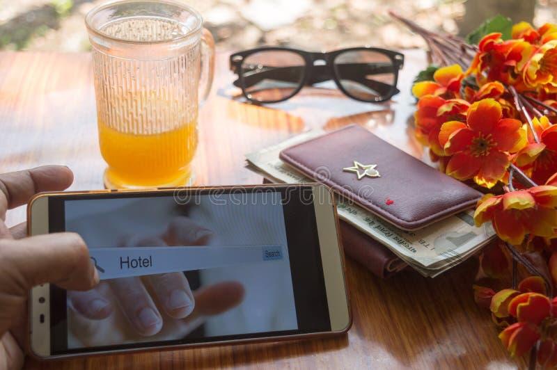 Uma busca do viajante de negócios para a reserva da casa do feriado Close-up da relação da tela de hotéis de registro usando o te fotografia de stock royalty free