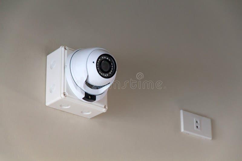 Uma câmera do cctv na parede dentro da construção para relógios para baixo abaixo dos eventos importantes fotografia de stock