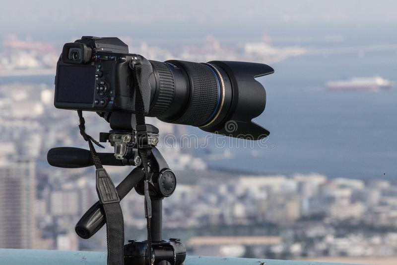 Uma câmera estabelecida para capturar um tiro de Kobe, Japão fotos de stock