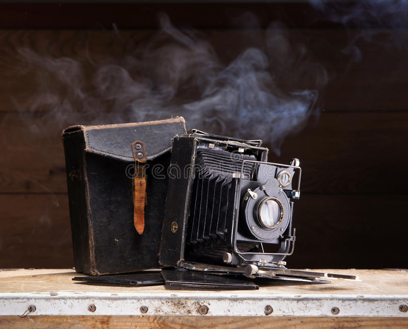 Uma câmera velha da foto em um fundo escuro fotografia de stock