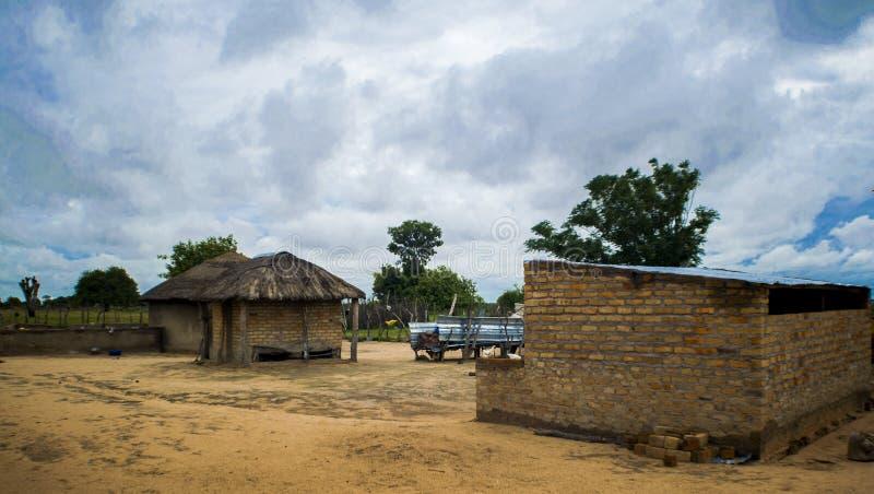 Uma cabana e um celeiro tradicionais de África fotografia de stock