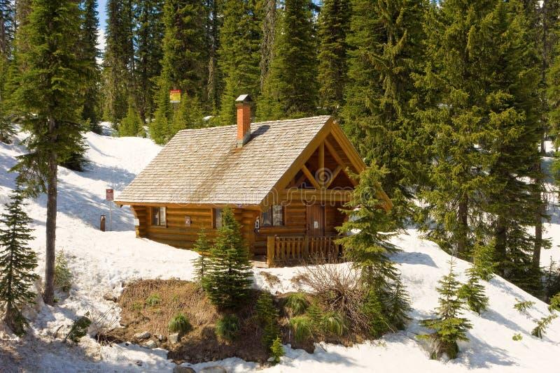 Uma cabana rústica de madeira usada para emergências em uma cimeira nas montanhas rochosas fotografia de stock royalty free