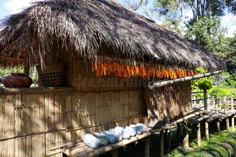 Uma cabana tailandesa velha do estilo country em Doi Tung Royal Villa em Chiang Rai, Tailândia fotografia de stock royalty free