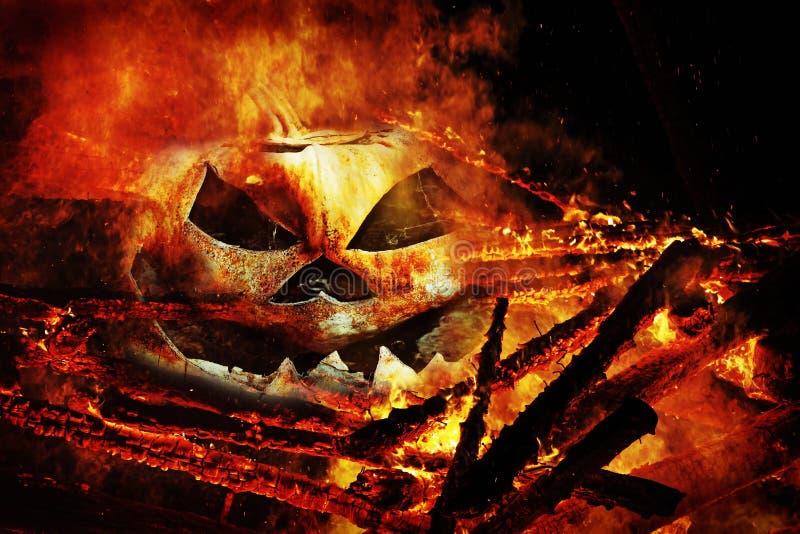 Uma cabeça assustador da abóbora no fogo fotos de stock royalty free