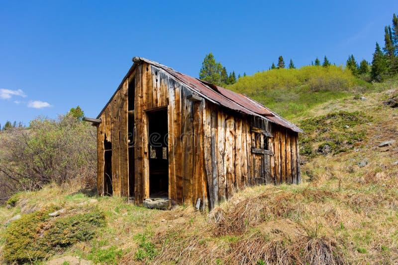 Uma cabine abandonada dos prospectors na angra da lontra, bc imagem de stock royalty free