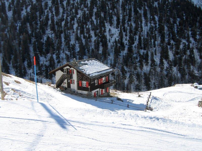 Uma cabine de registro nos alpes foto de stock royalty free