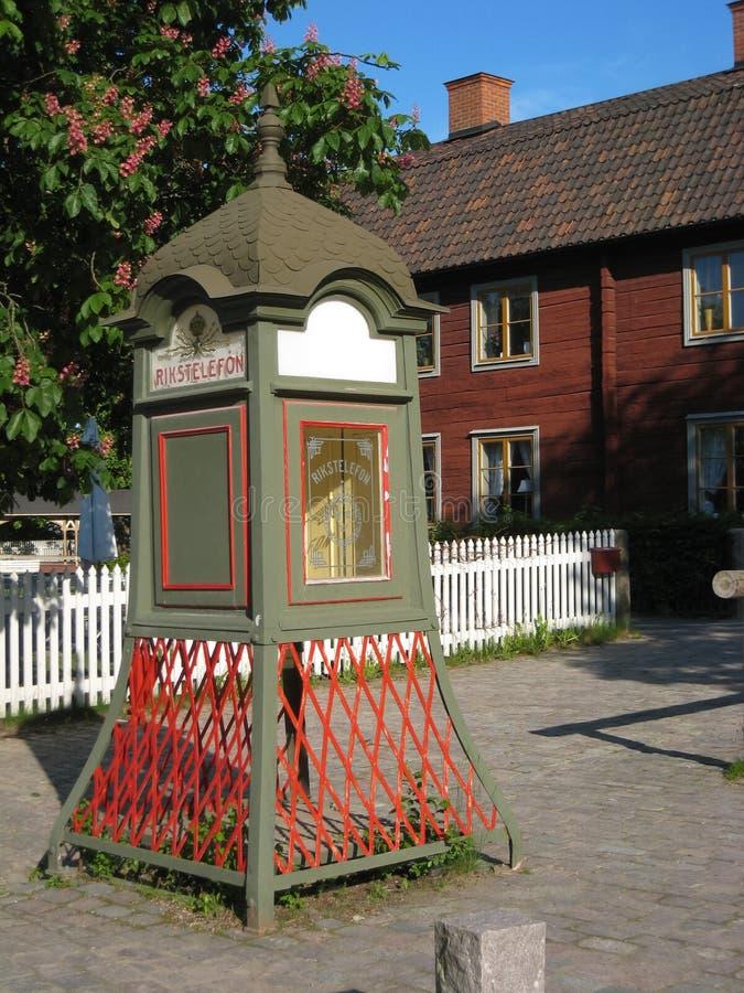 Uma cabine de telefone de madeira. Linkoping. Suécia fotos de stock