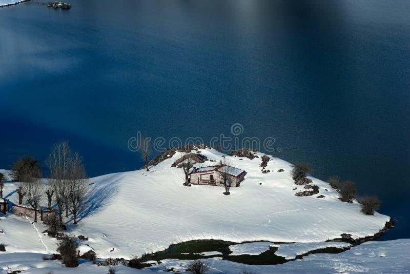 Uma cabine nas montanhas do Picos de Europa fotos de stock royalty free