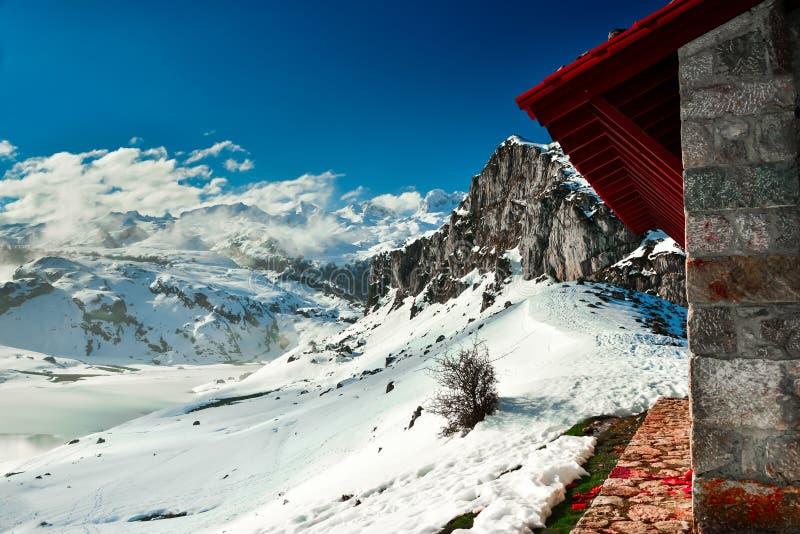 Uma cabine nas montanhas do Picos de Europa imagens de stock royalty free