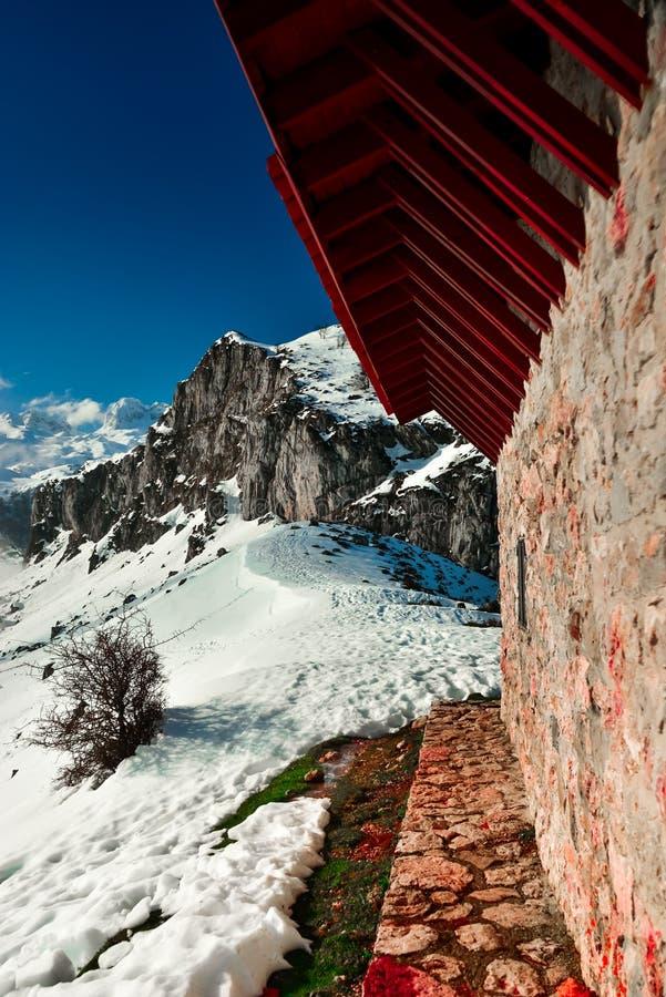 Uma cabine nas montanhas do Picos de Europa fotografia de stock