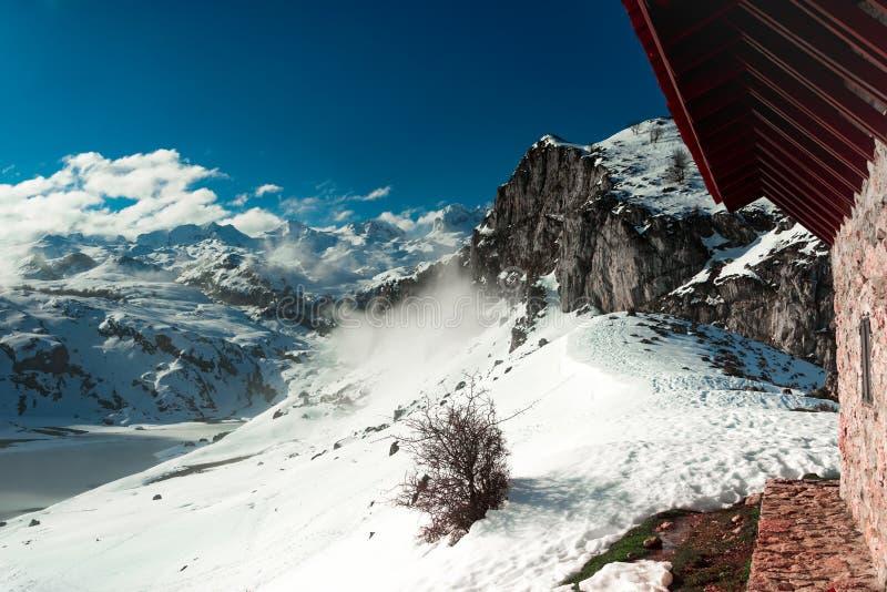 Uma cabine nas montanhas do Picos de Europa foto de stock