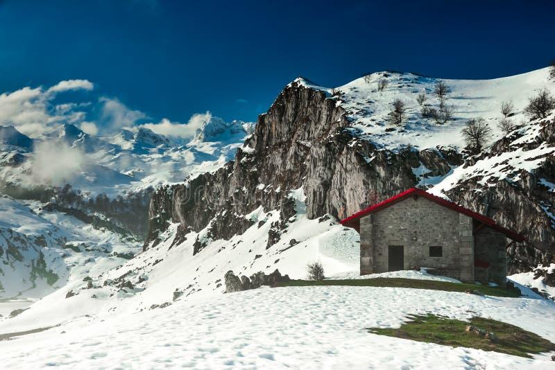 Uma cabine nas montanhas do Picos de Europa imagem de stock