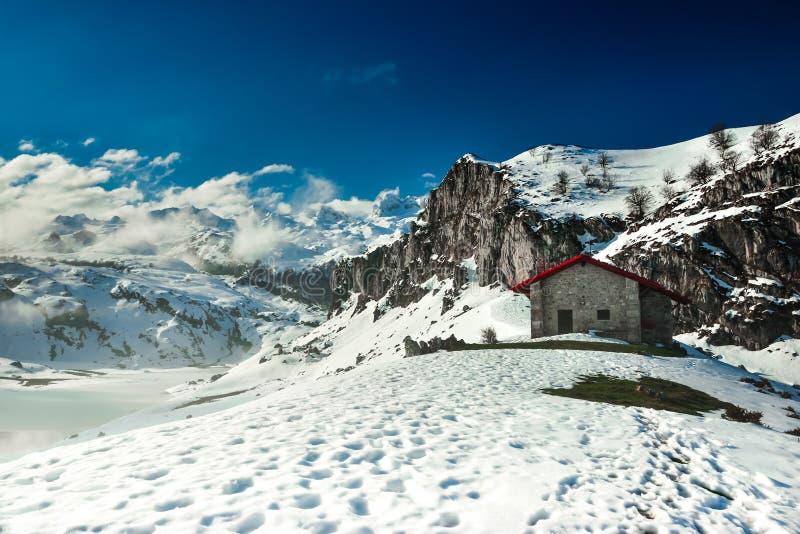 Uma cabine nas montanhas do Picos de Europa fotos de stock
