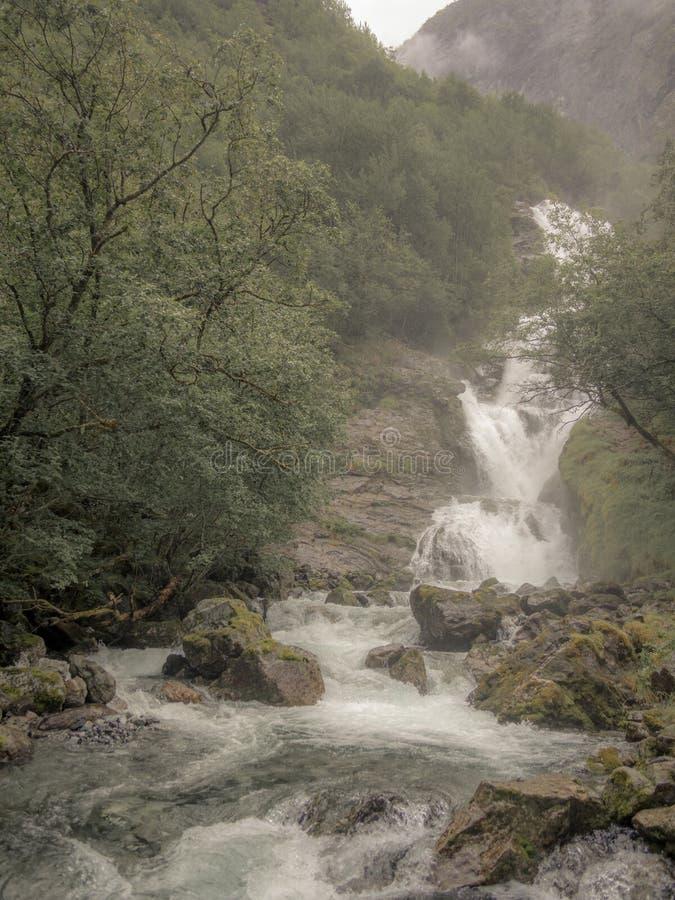 Uma cachoeira escondida pela névoa no Naerofjord em Noruega - 1 imagens de stock royalty free