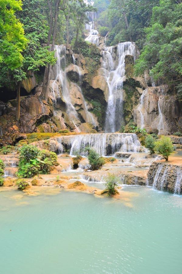 Uma cachoeira fresca no dia quente na floresta em Laos fotos de stock royalty free