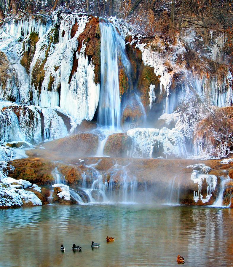 Uma cachoeira gelada e gelada na aldeia de Lucky, Eslováquia fotos de stock royalty free