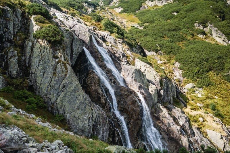 Uma cachoeira gigante nas montanhas fotos de stock royalty free