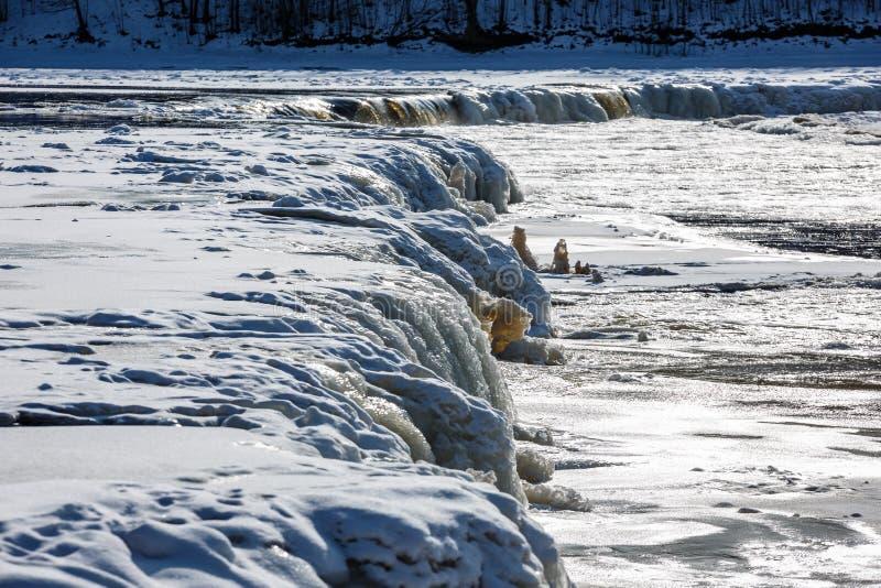Uma cachoeira larga é visível através da largura do ` s do rio fotos de stock