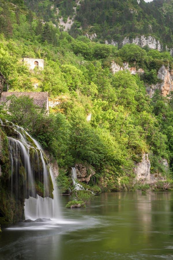 Uma cachoeira nos desfiladeiros du Tarn fotografia de stock royalty free