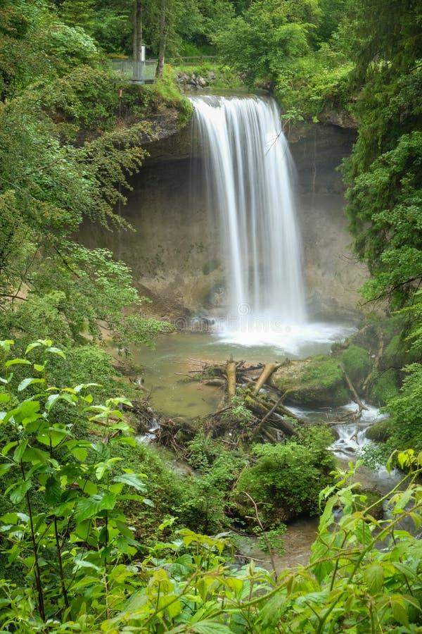 Uma cachoeira pequena bonita em uma floresta verde em Baviera Alemanha foto de stock