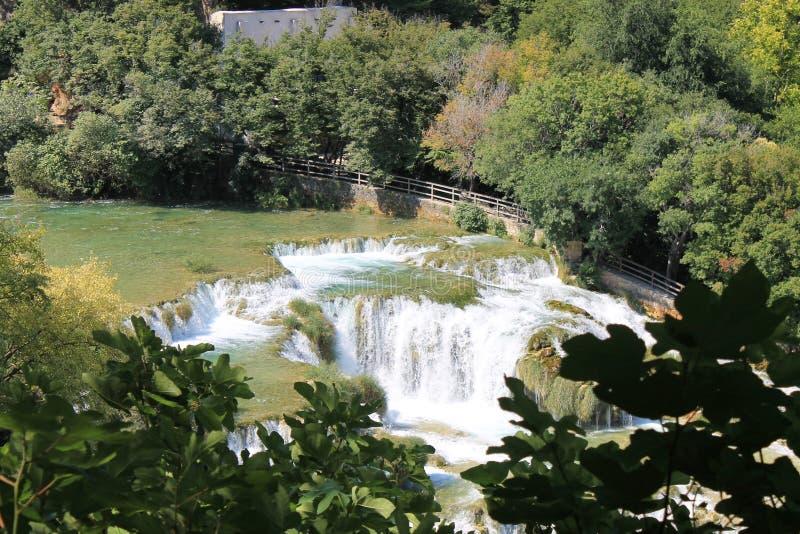 Uma cachoeira pequena no parque natural da Croácia de Krka foto de stock