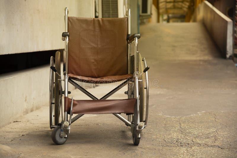 Uma cadeira de rodas na passagem fotos de stock