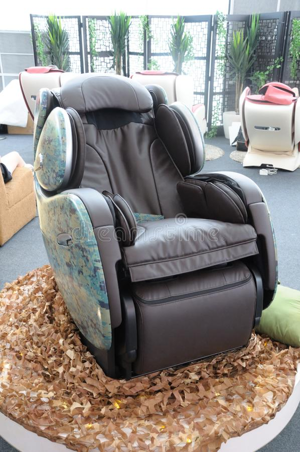 Uma cadeira robótico da massagem do projeto verde da camuflagem fotografia de stock
