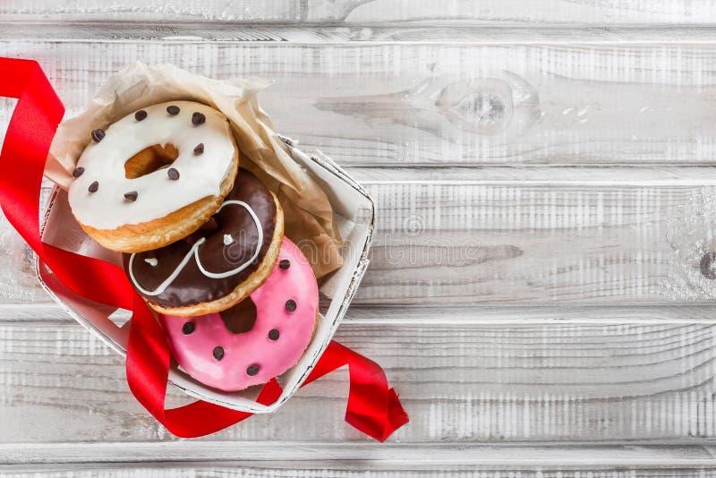 Uma caixa de anéis de espuma doces, um presente para a cara, uma vista superior imagens de stock royalty free