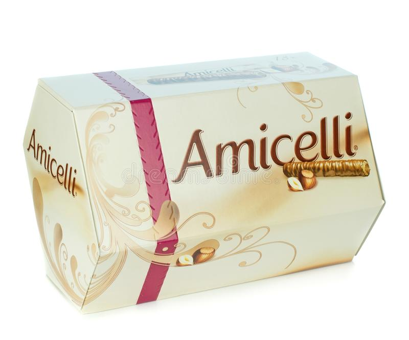 Uma caixa de bolachas com cobertura em chocolate da avelã de Amicelli fotografia de stock