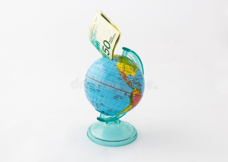 Uma caixa de dinheiro feita na forma de um globo da terra do planeta com um valor introduzido da cédula cinqüênta shekels israeli imagens de stock royalty free