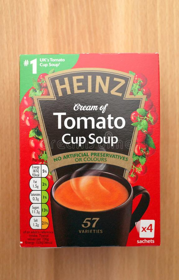Uma caixa de Heinz Cream da sopa do copo do tomate fotos de stock royalty free