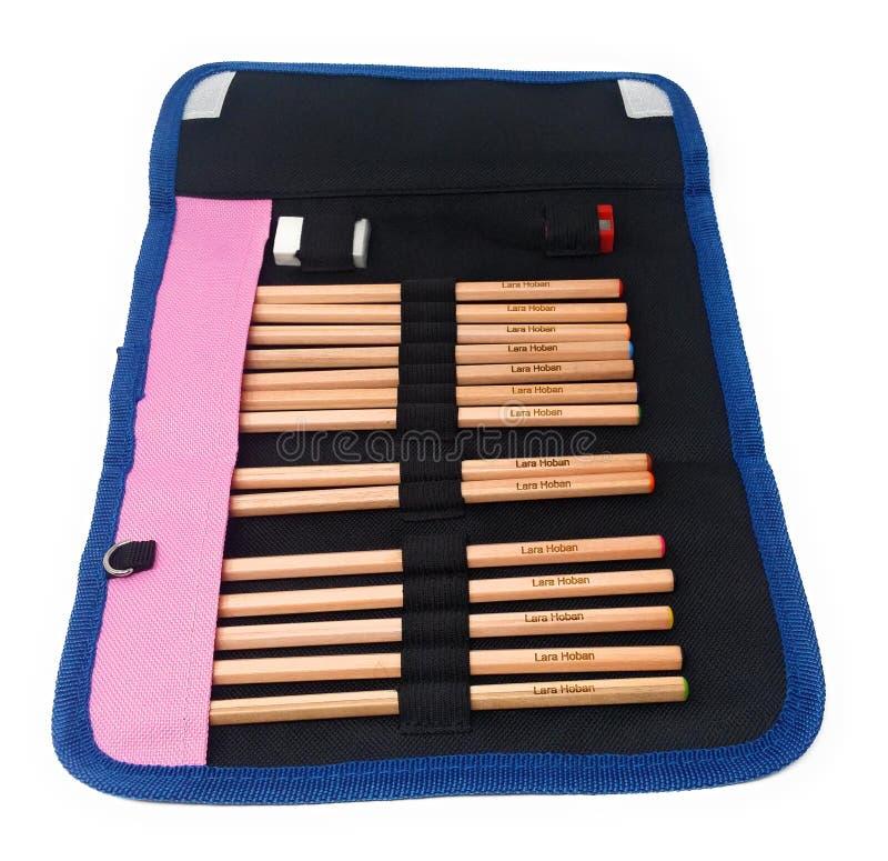 Uma caixa de lápis da escola com os lápis colorindo que caracterizam o nome imagem de stock royalty free