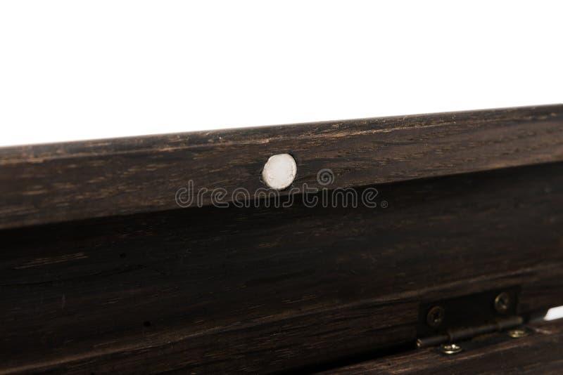 Uma caixa de lápis para uma pena de esferográfica feita do carvalho velho em um fundo branco imagens de stock