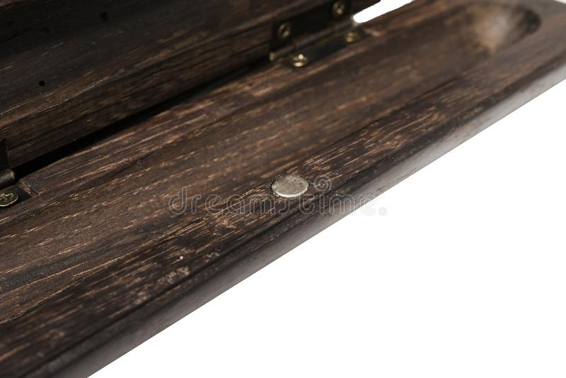 Uma caixa de lápis para uma pena de esferográfica feita do carvalho velho em um fundo branco fotografia de stock royalty free