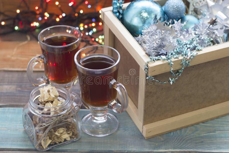 Uma caixa de madeira com ornamento e dois copos do chá imagem de stock royalty free